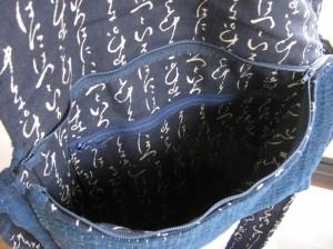 チャック付きのポッケットと小さなポケット2つ