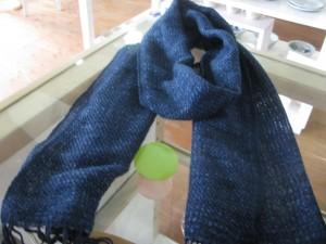 ジーンズ ¥4,320- 織の目の粗い「もじり織り」で、 ヨコ糸にジーンズ糸を用いて