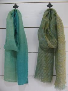 ストール 左:綿、麻、レーヨン2,160円 右:シルク、レーヨン 1,620円