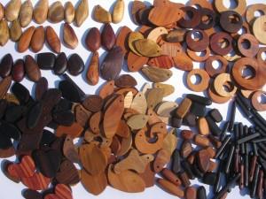 木のパーツとペンダントトップ