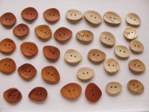 木のアクセサリーボタン